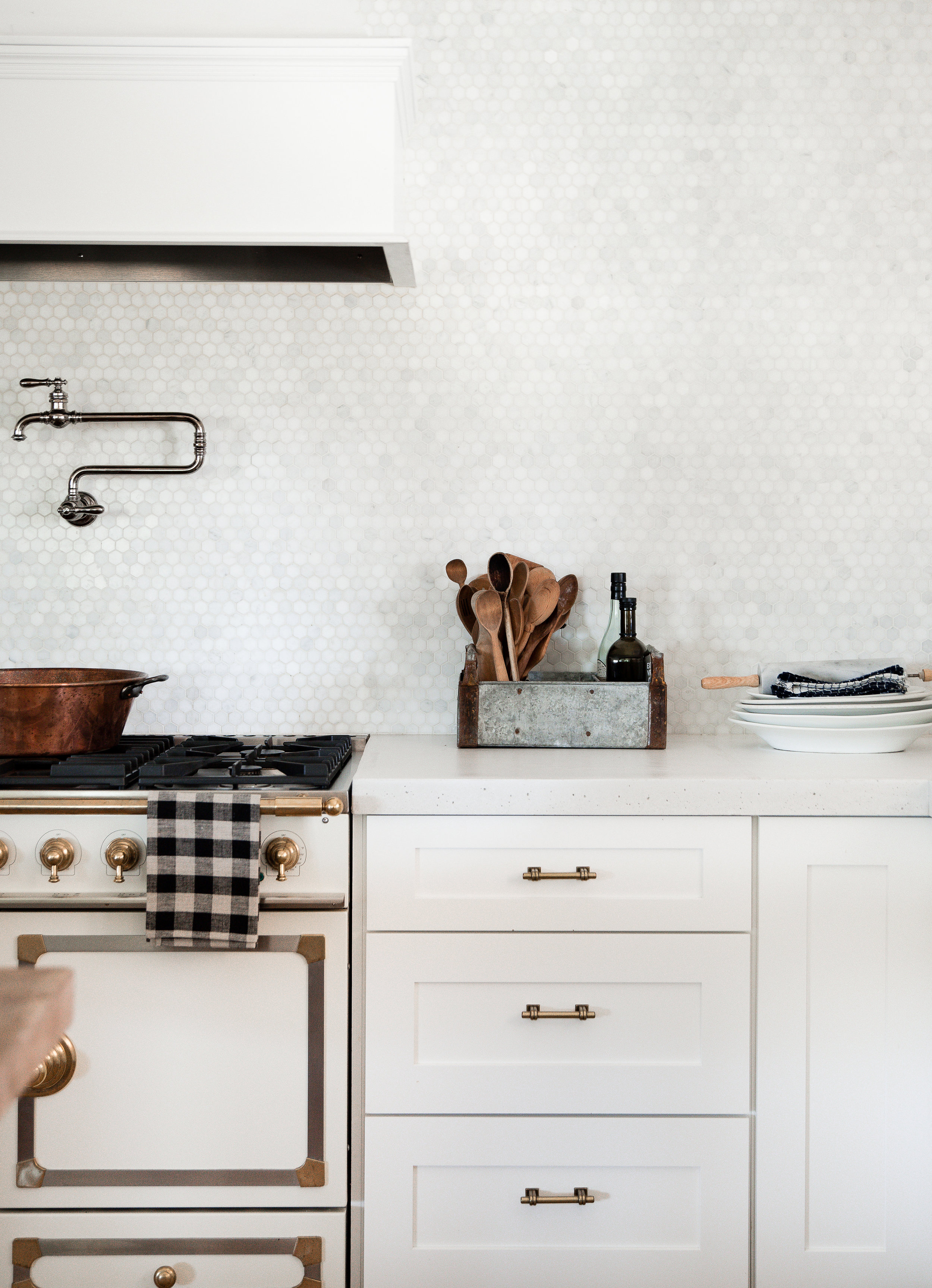 White shaker cabinets in farmhouse kitchen with marble back splash and LaCornue stove #whitekitchen #modernfarmhousekitchen #farmhousekitchen