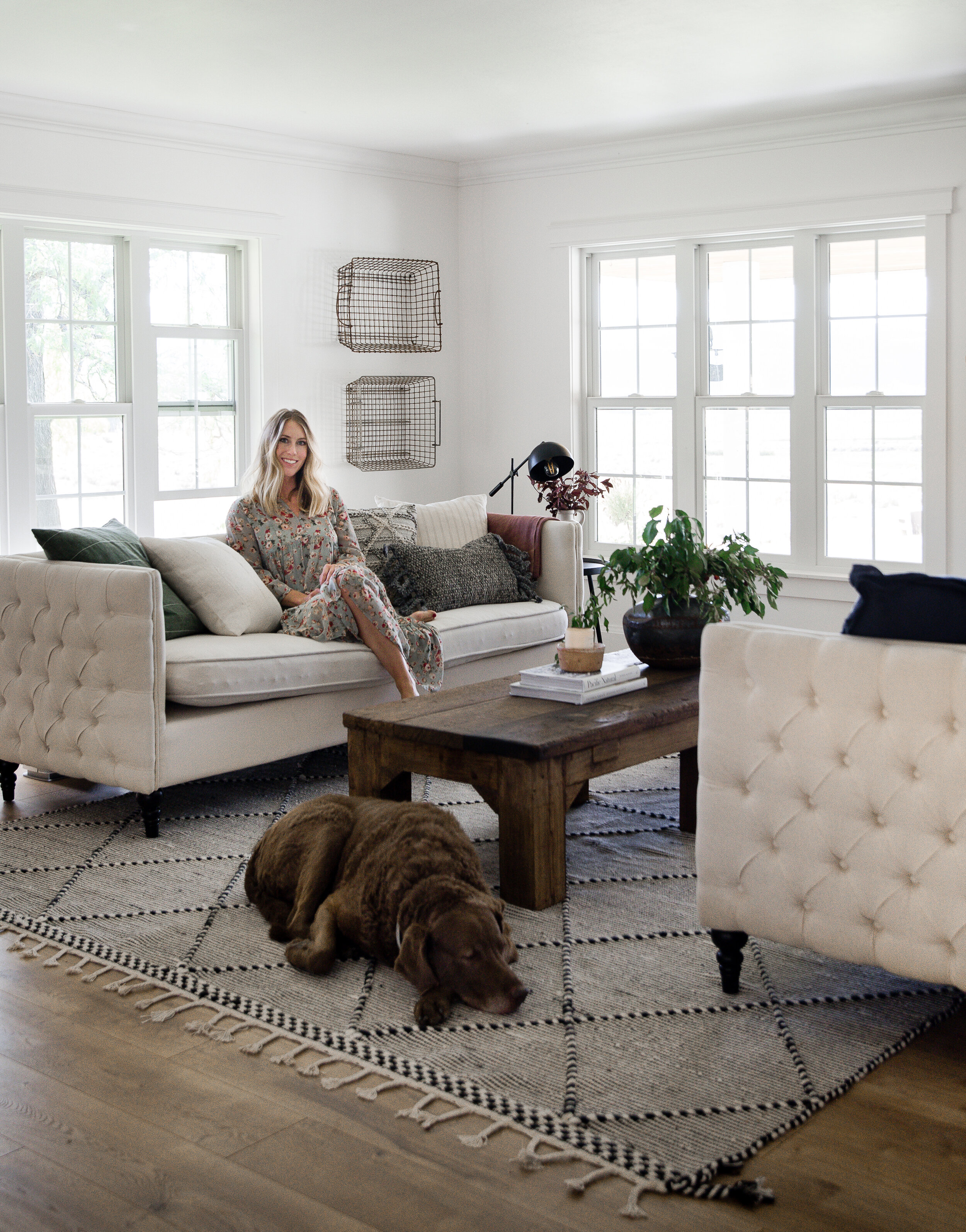 Cozy white fall living room decor with modern farmhouse style #farmhousestyle #farmhouselivingroom