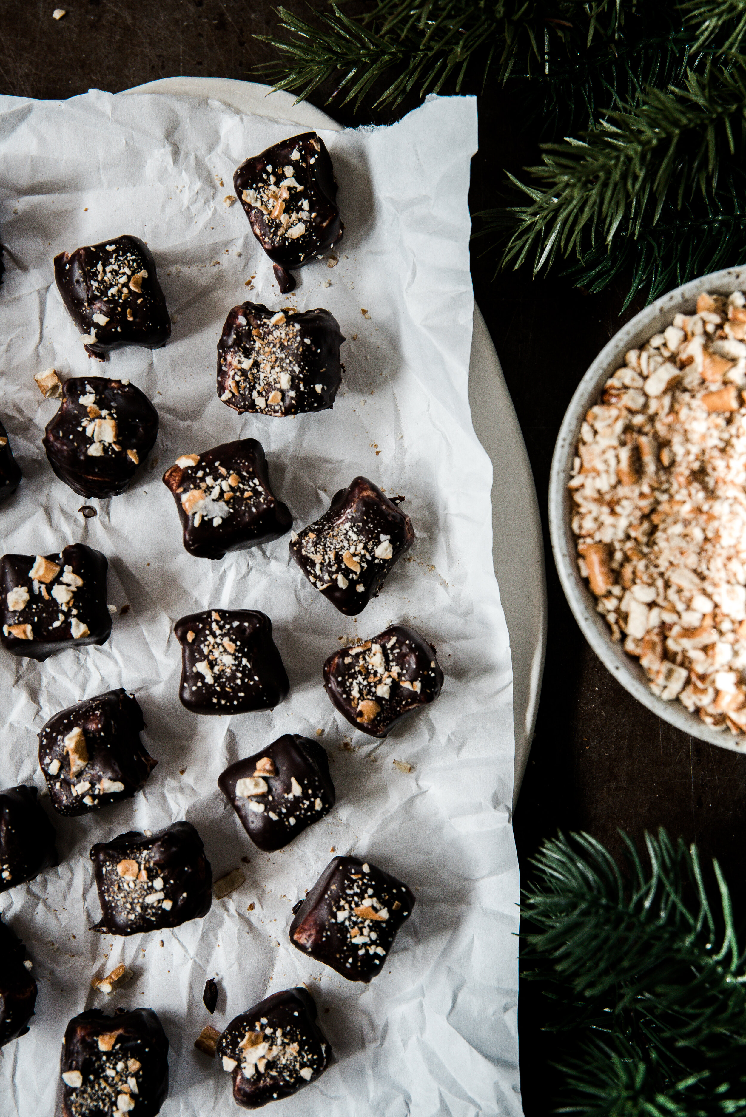 Chocolate covered marshmallows make the most delicious and easiest no-bake Christmas treats ever! Download my free printable labels to make these chocolate dipped marshmallows a festive holiday food gift!