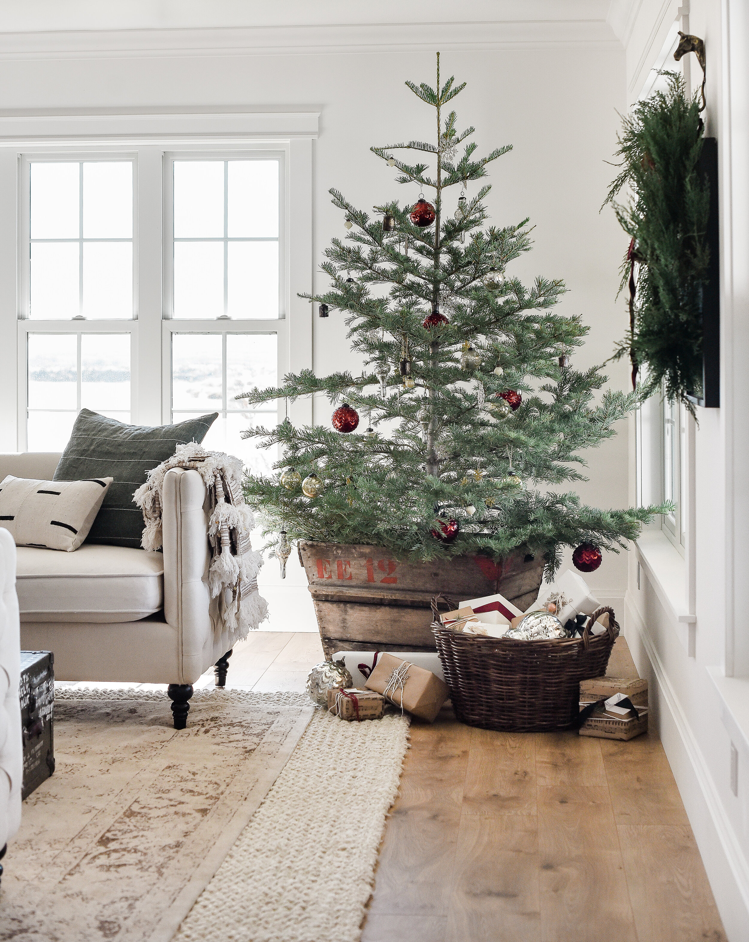 Farmhouse Christmas Decor: Living Room & Tree Ideas ...
