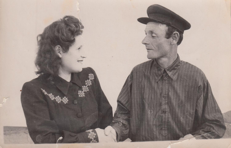 Photograph of Asya and her husband Mikhail. Chirchik  ,   Uzbek     SSR  . 1948