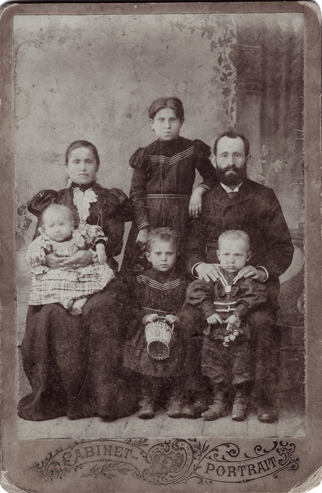 Photograph, Aaron Chernyak's mother, her parents, Maria Grigorevna and Roman Aronovich Rabinovich, and siblings. 1900