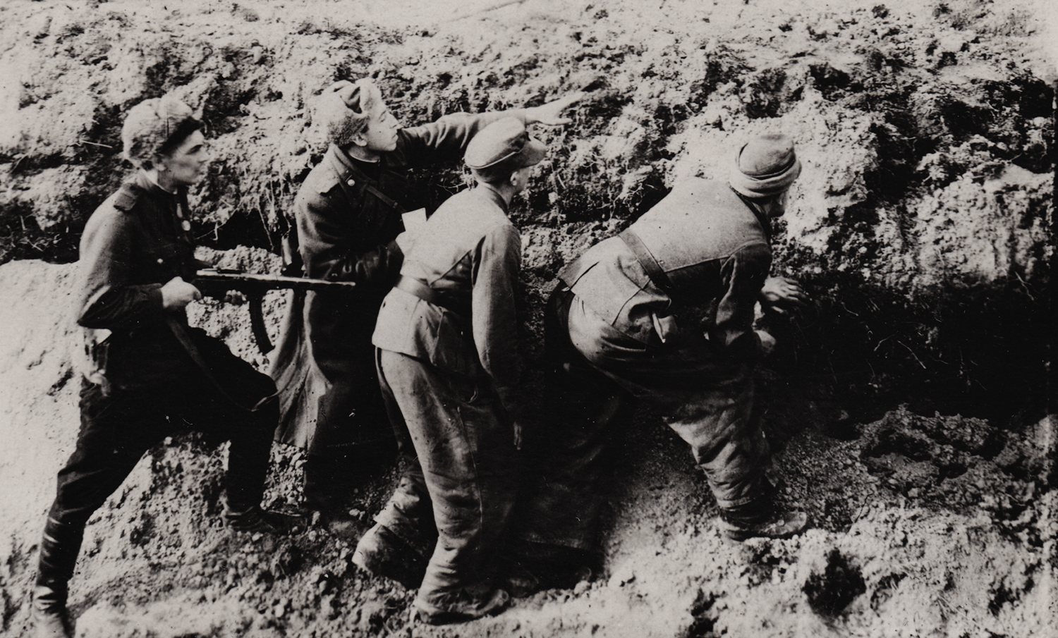 Benjamin Vysotsky and his fellow soldiers preparing for battle. Poland, 1944.