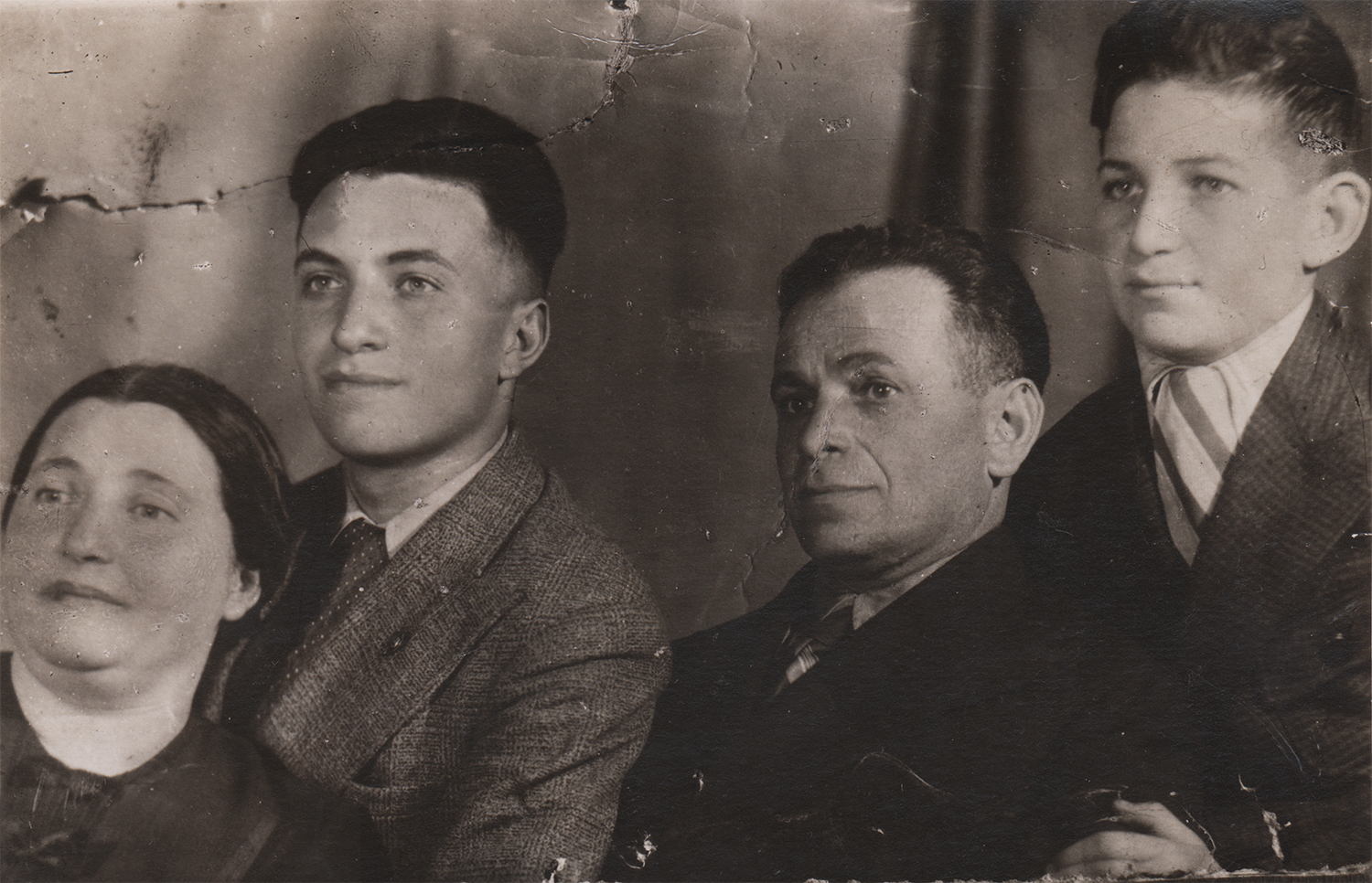 Yona (top right) with his older brother and their parents, Esfir and Iosif. Kyiv, 1938