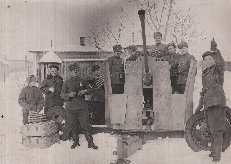 Ephstein (far right) with the crew of a 37mm anti-tank gun, 1944