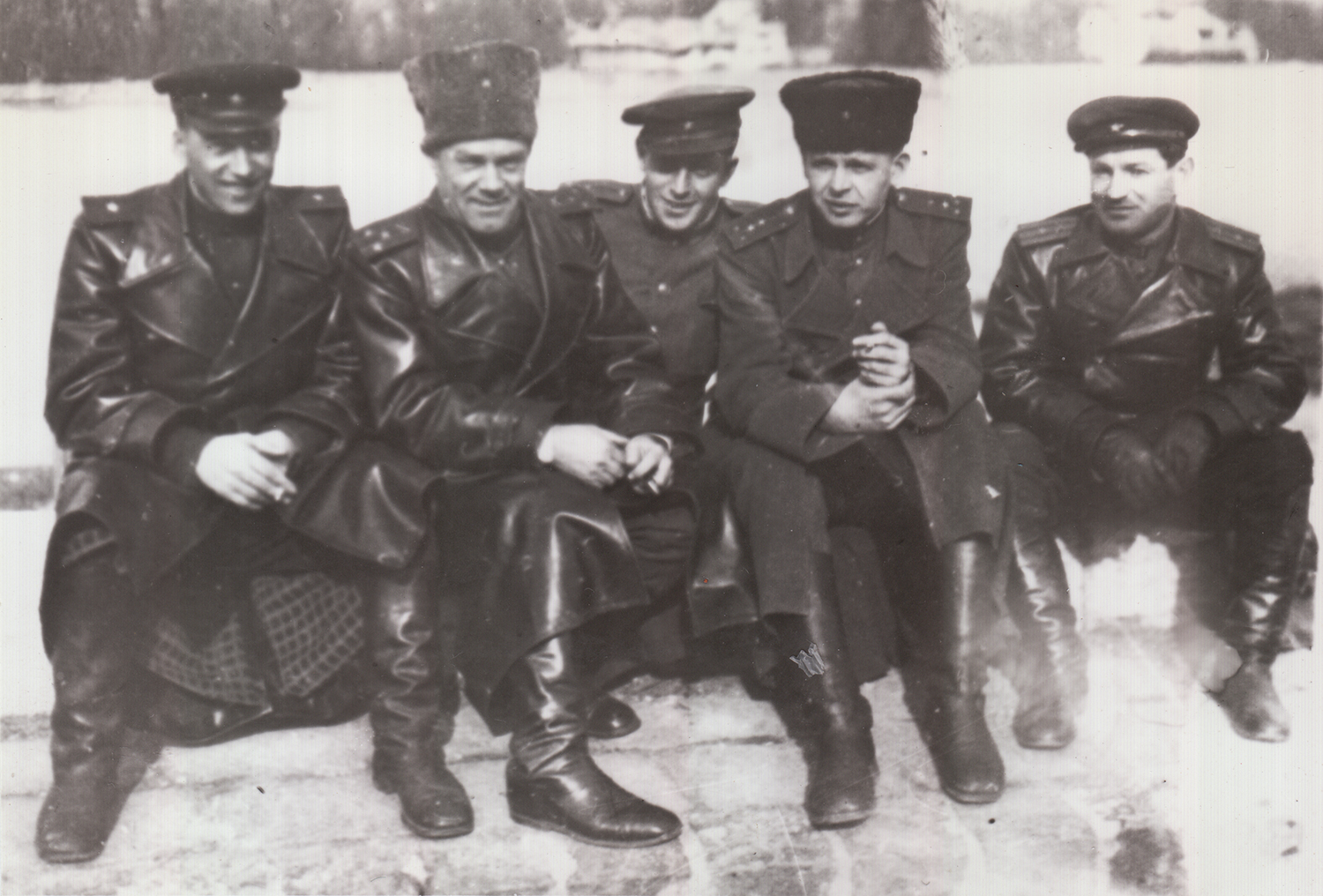 Epshtein (in the middle) with fellow soldiers. Romania, 1945