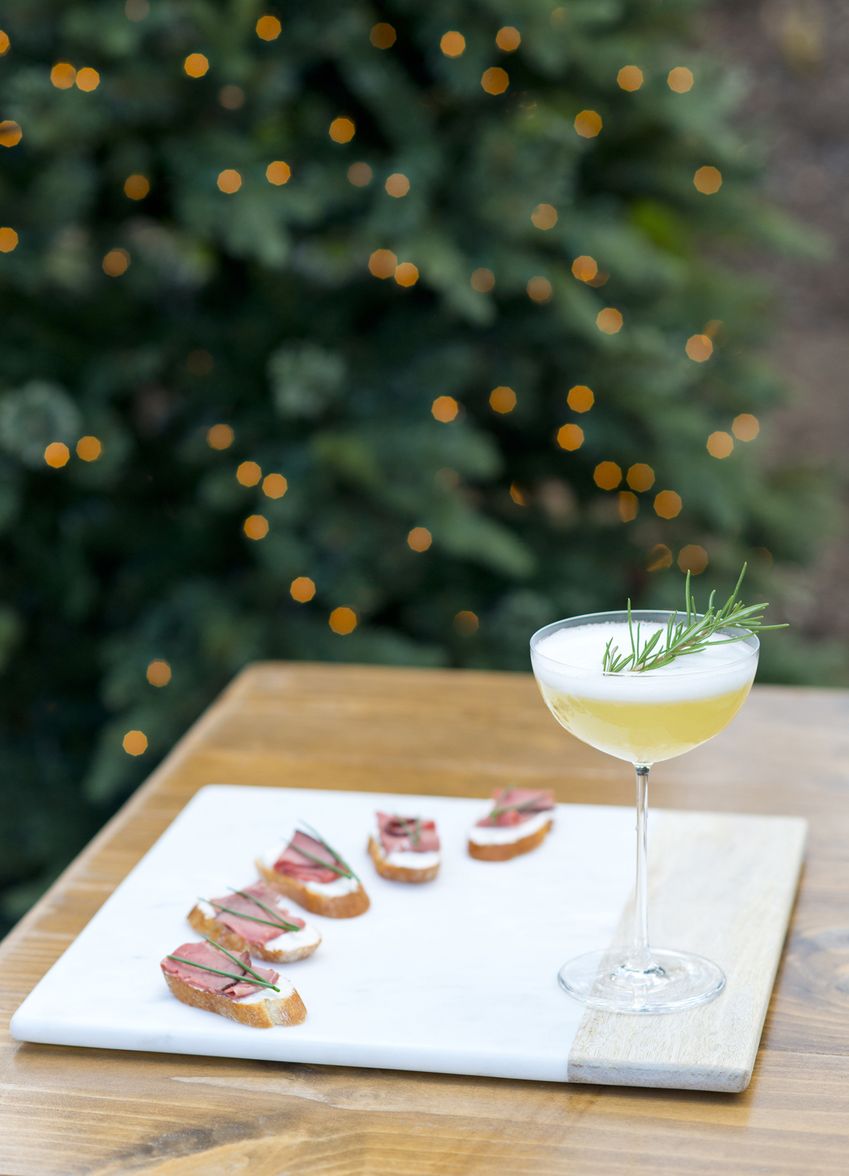 Christmas Perfection! Make this Christmas Lady Cocktail and Beef Tenderloin Crostini for your this years holiday party!