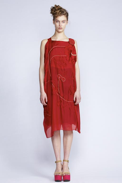 100/F131511 Rectangular Dress with Slip    900/F137459 Berry Brooch