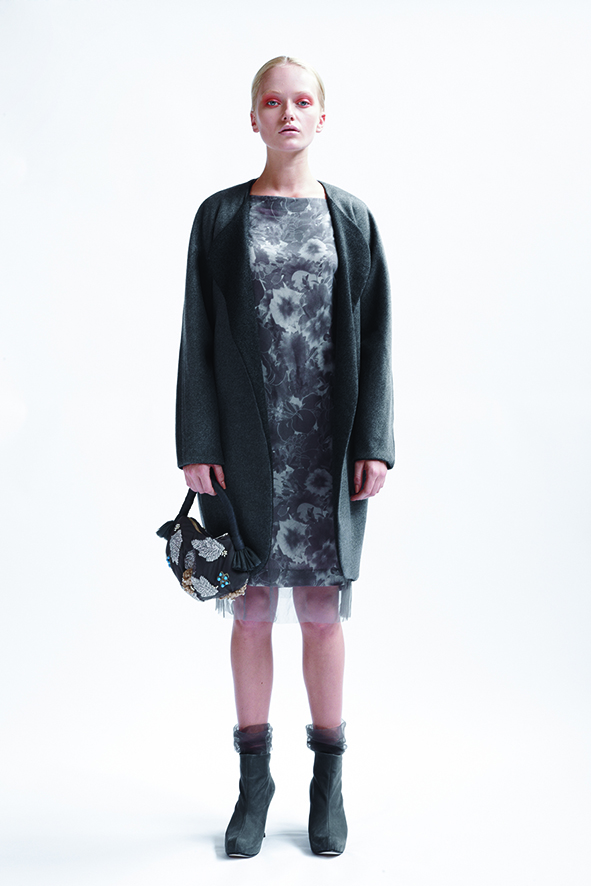 200/A09076 Reversible Cocoon Coat    180/A01407D Knee Length Dress with Slash Neck    900/A07400L Tucked Bag