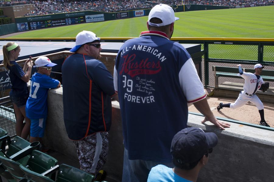 Detroit Tigers pitcher Rick Porcello warms up.