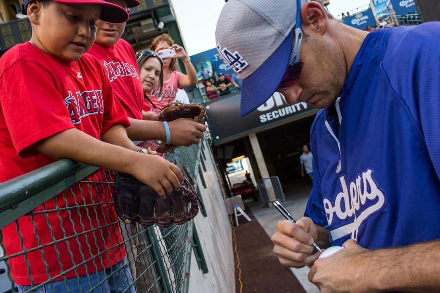 Dodgers pitcherKevin Correia signs an autograph.