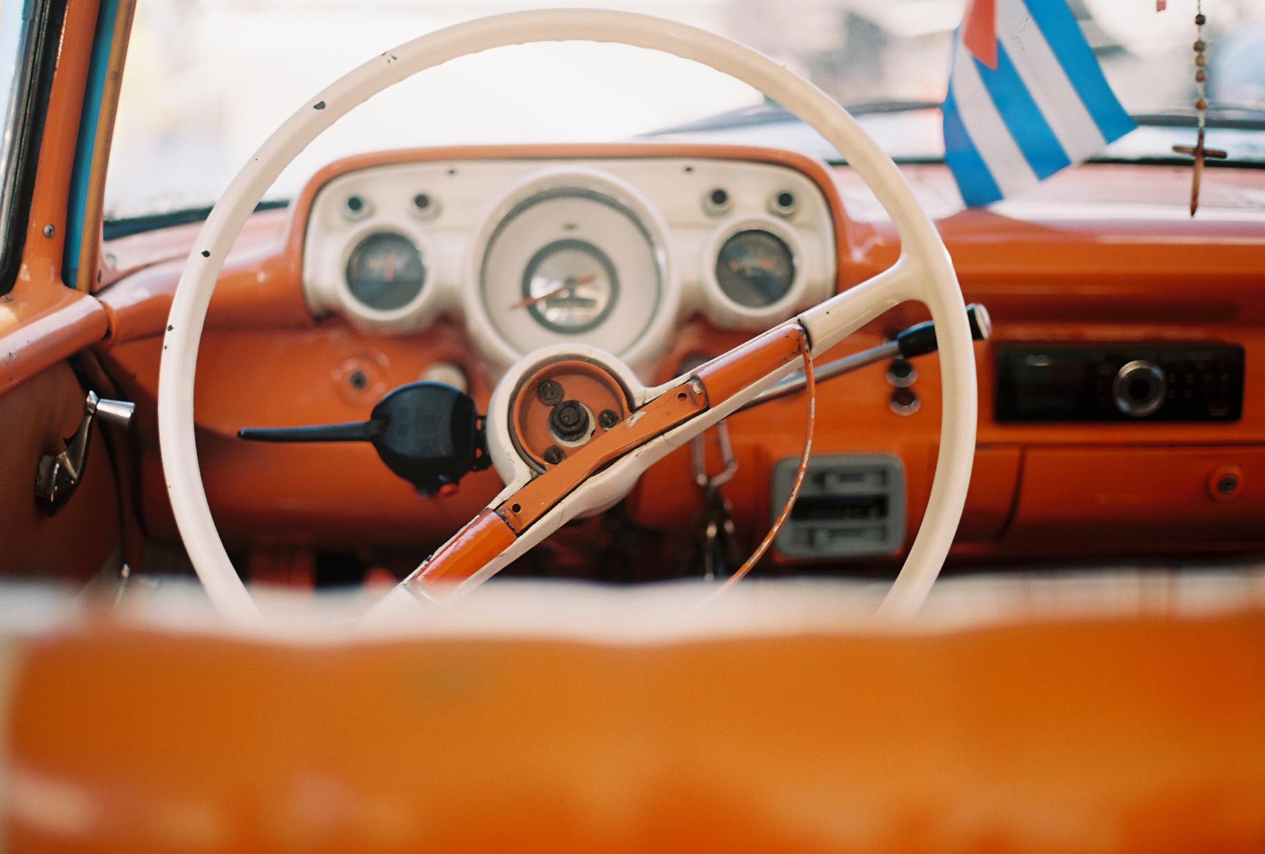 felicidad_de_lucas_cuba_havana_car_wheel.jpg