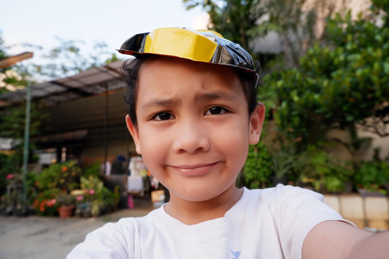 Anak saya berumur 5 tahun mencoba selfie dengan X-A5.