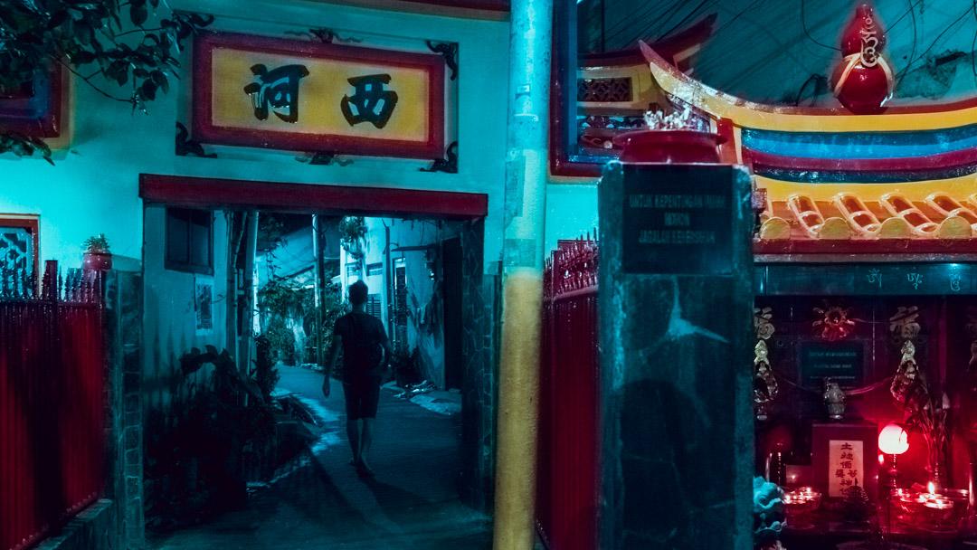 Altar Pak Kung yang berdampingan dengan Jl. Kemenangan VI