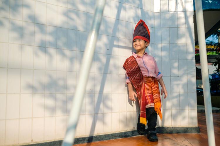 Pakai pakaian adat Batak di perayaan Hari Kartini sekolah.