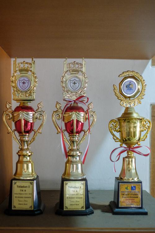 Berkat bimbingan para guru, penghargaan yang diterima Hugo selama di TKK Samaria ditambah dengan 1 award untuk best Mandarin waktu TK A. (tidak terfoto)