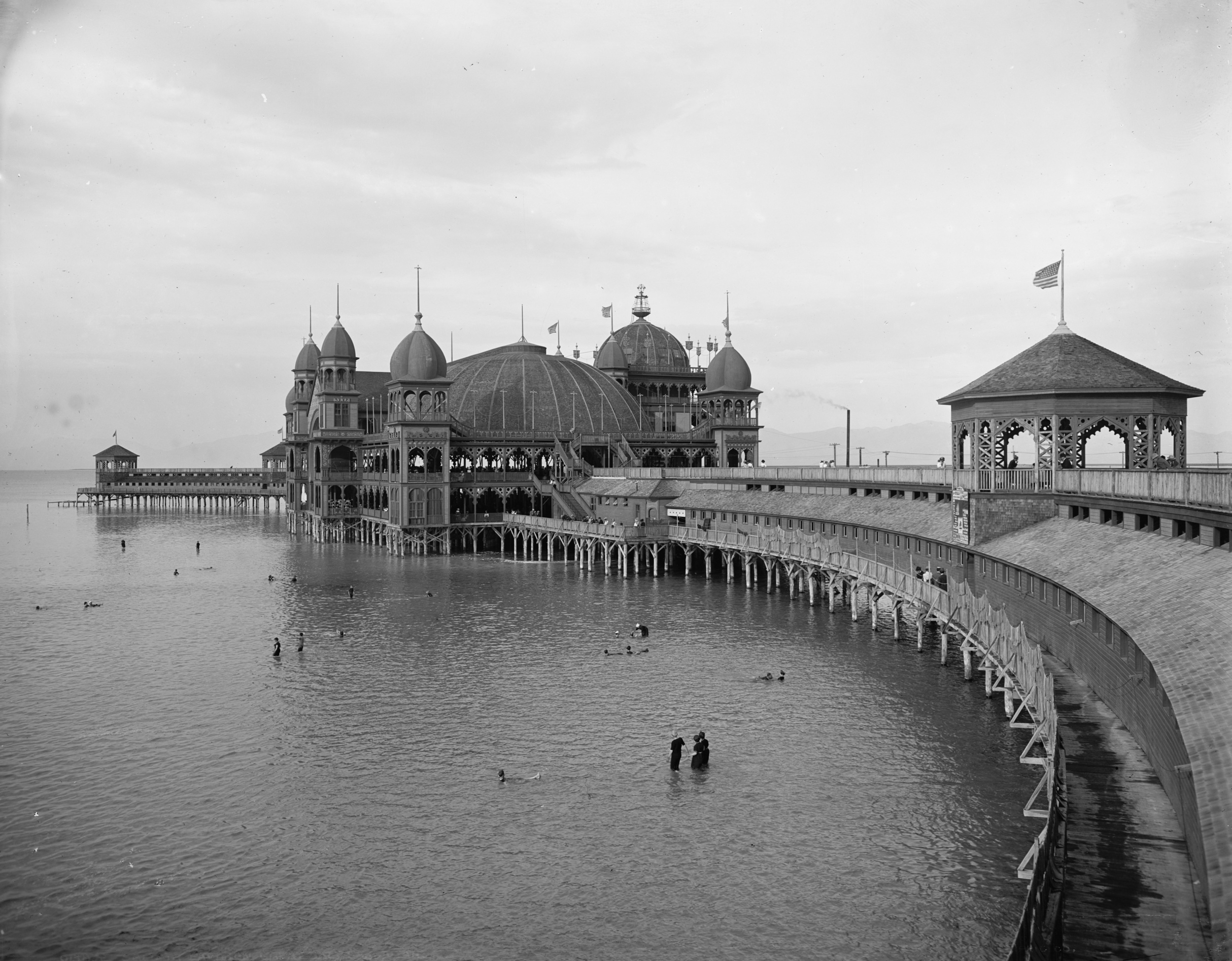 Detroit_Publishing_-_Salt_Air_-i.e._Saltair-_Pavilion,_Great_Salt_Lake,_Utah.jpg