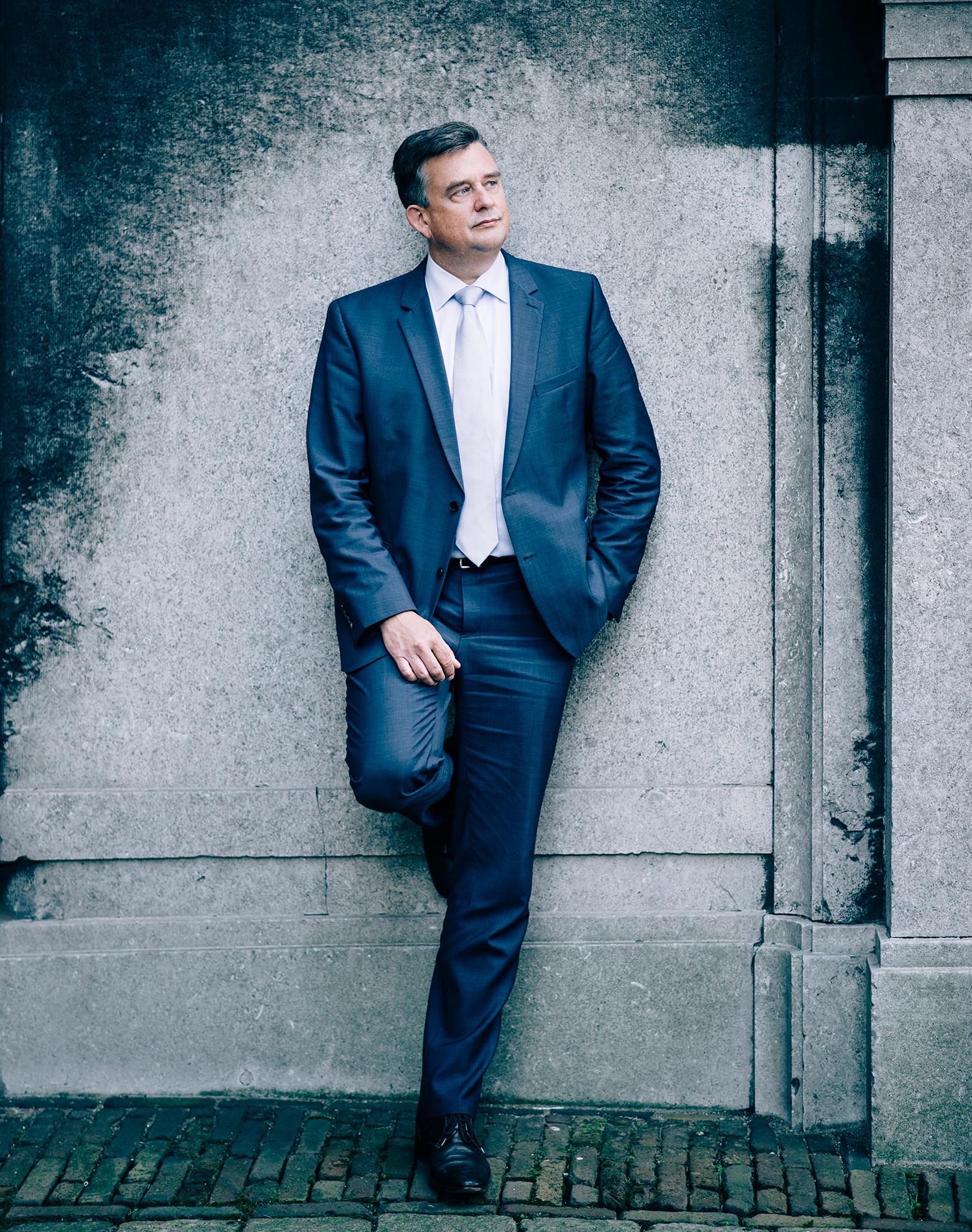 Emile Roemer gefotografeerd voor de rubriek van Sander de Kramer