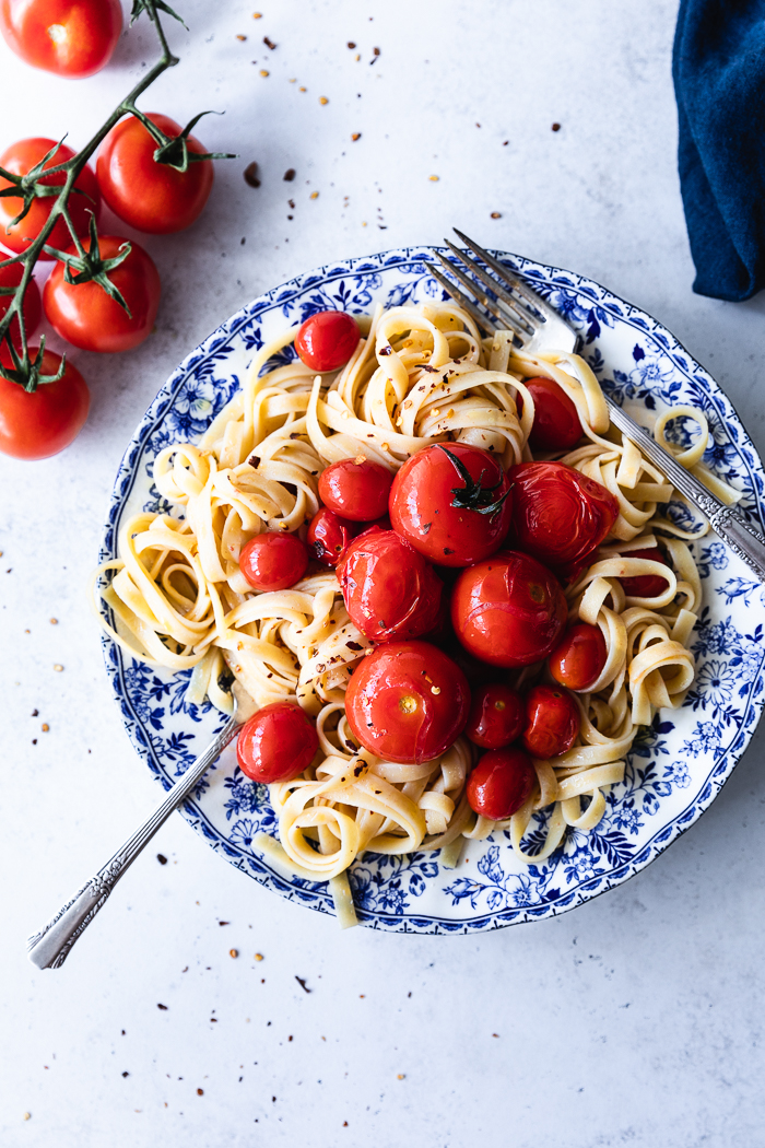 This fettuccini with tomatoes, garlic and olive oil is made with only 5 ingredients and in 15 minutes.