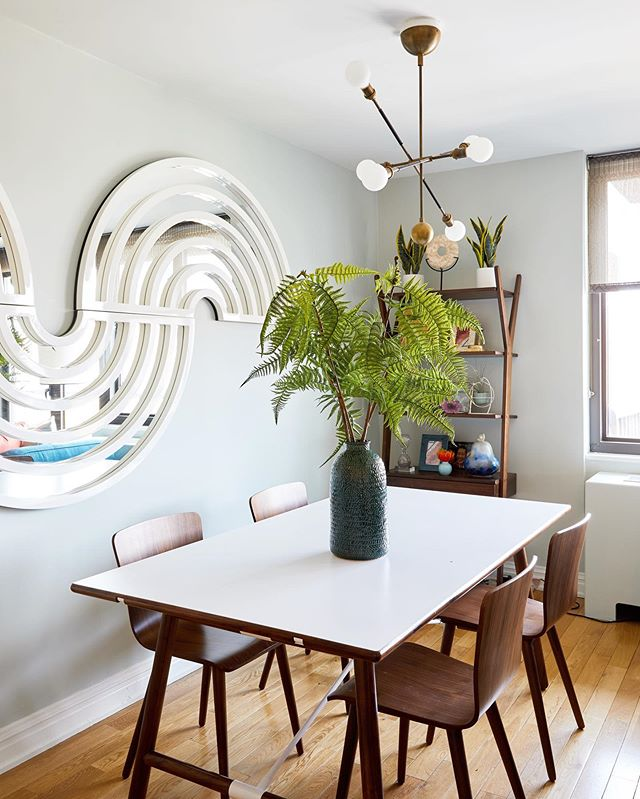 Open plan living? Lots of friends? Extension tables are in order! Also: how fun is this dining room? We can't get over this mirror installation/pendant light beauty combo 💚💚💚 Design by @ipatrickdesign  Photo by @kirstenrfrancis  #mydecorvibe #diningroomtable #openplanliving #apartmentherapy #apartmentliving #smallspaceliving #diningroomtable #diningroomdecor #uppereastsidenyc #theshadestore #myarticle #mycb2