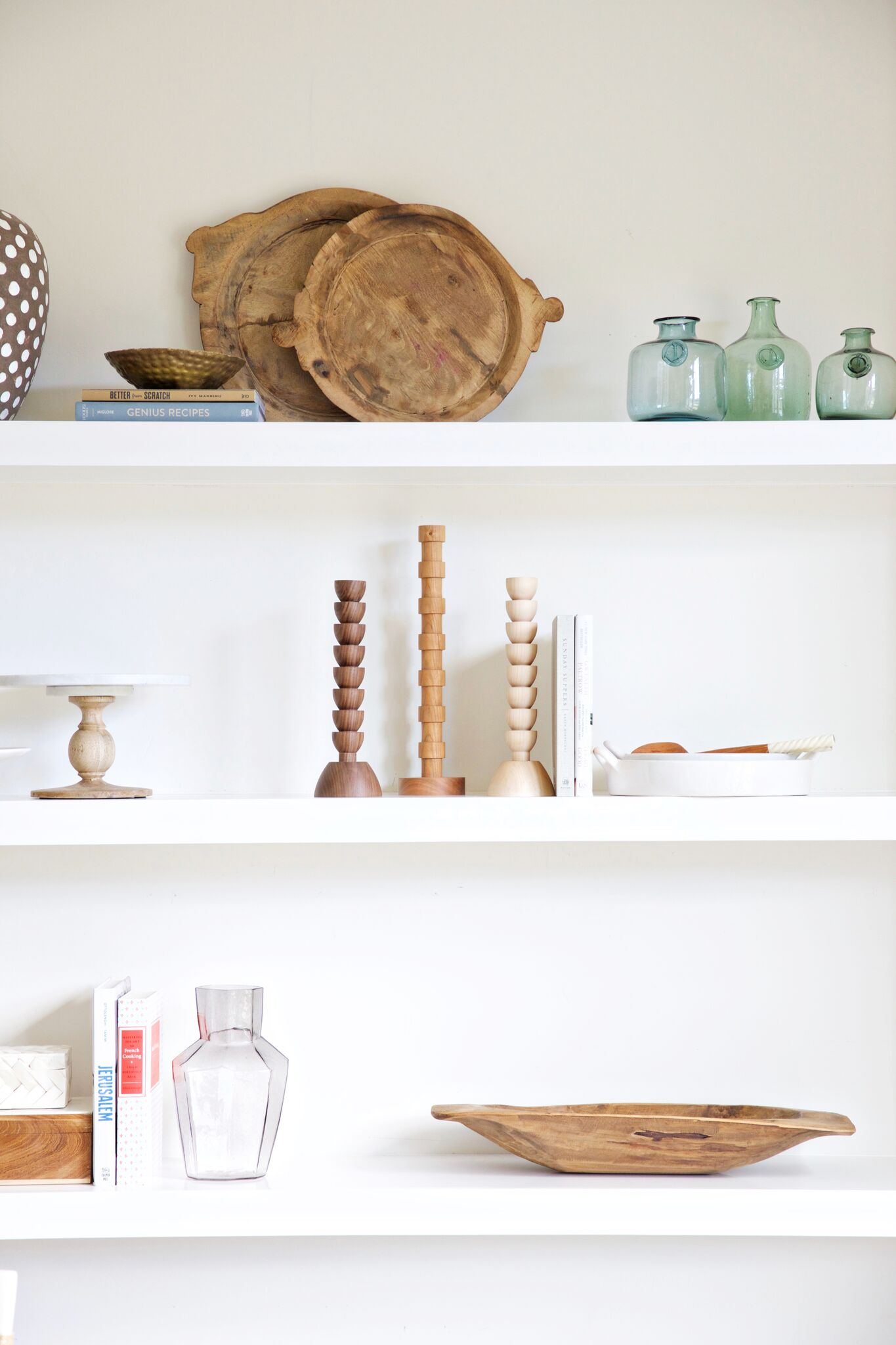 Decorative details on white shelves