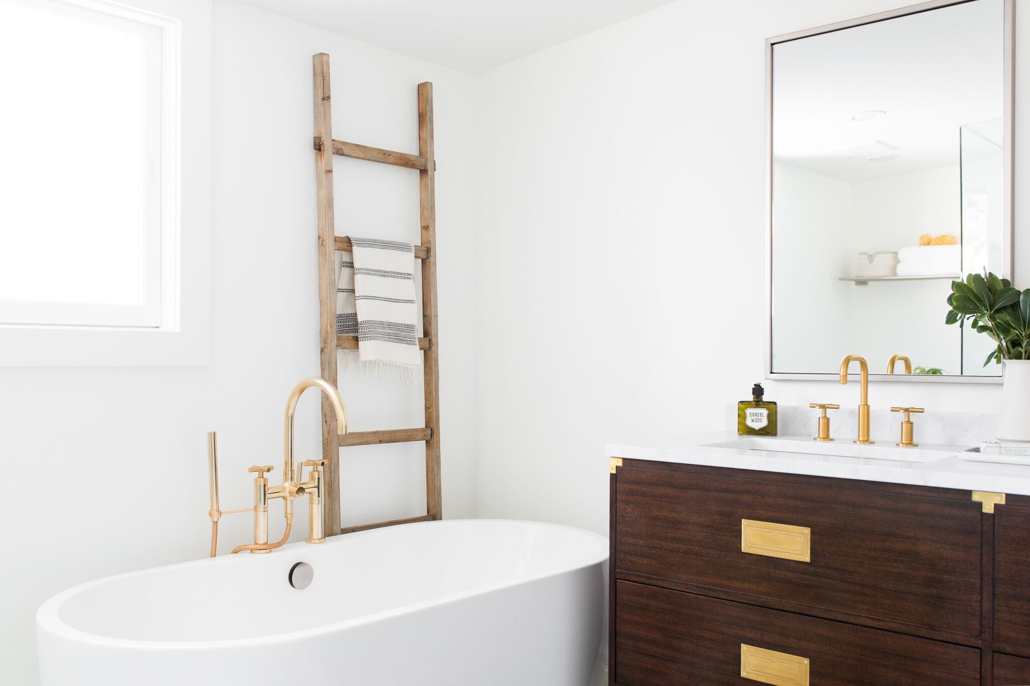 Small decorative ladder on edge of tub
