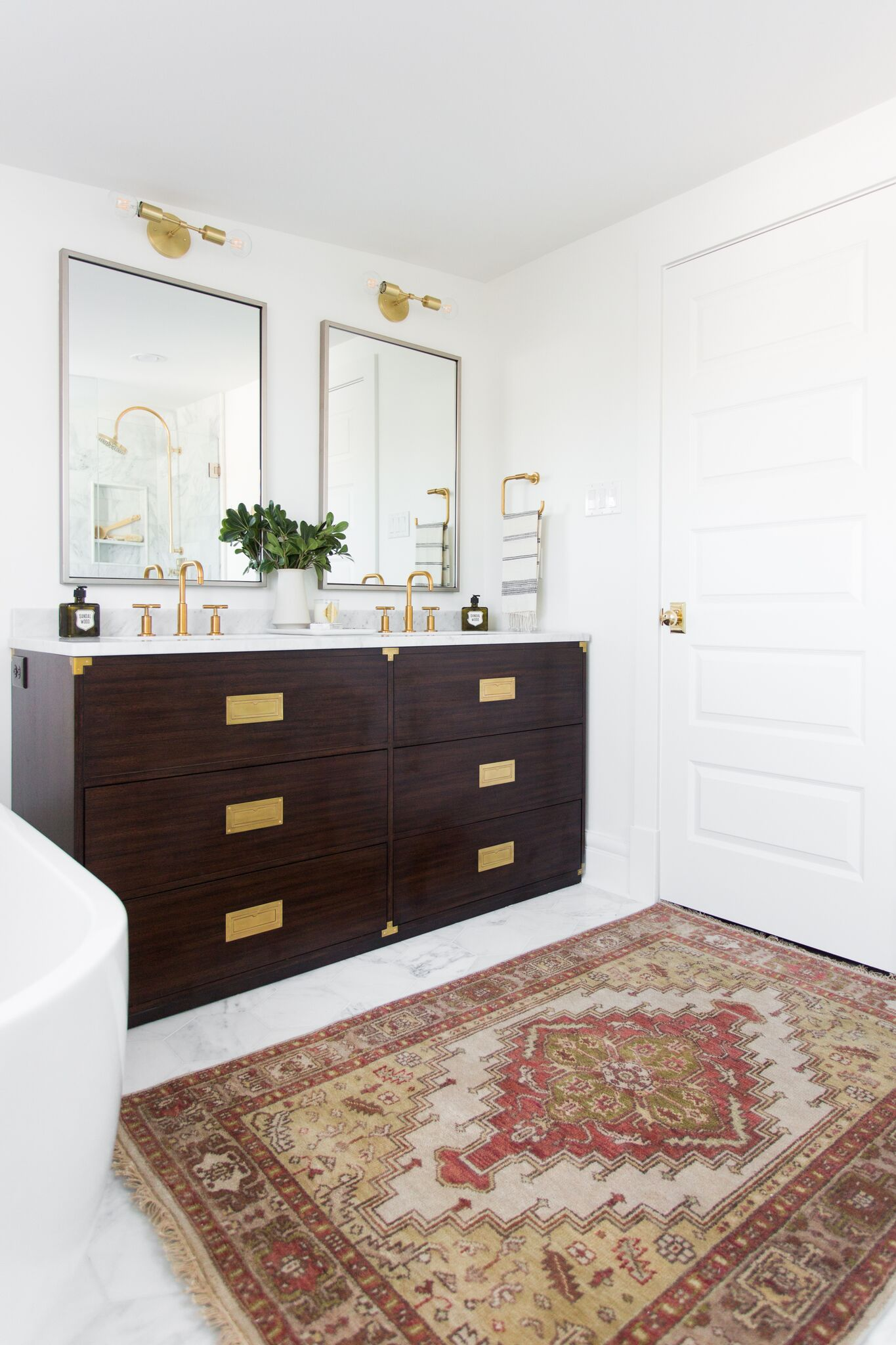 Pattern details on area rug in bathroom