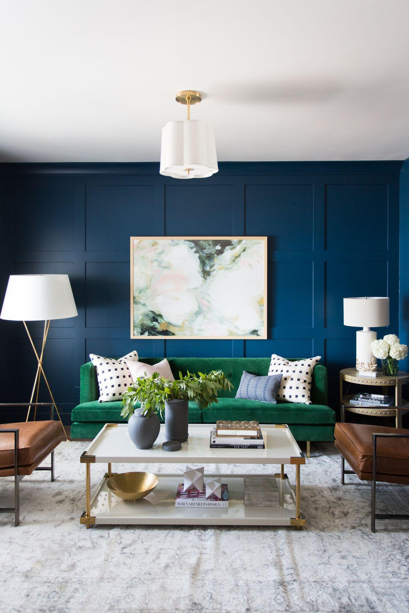 woonkamer leren stoelen velvet bank blauwe muur