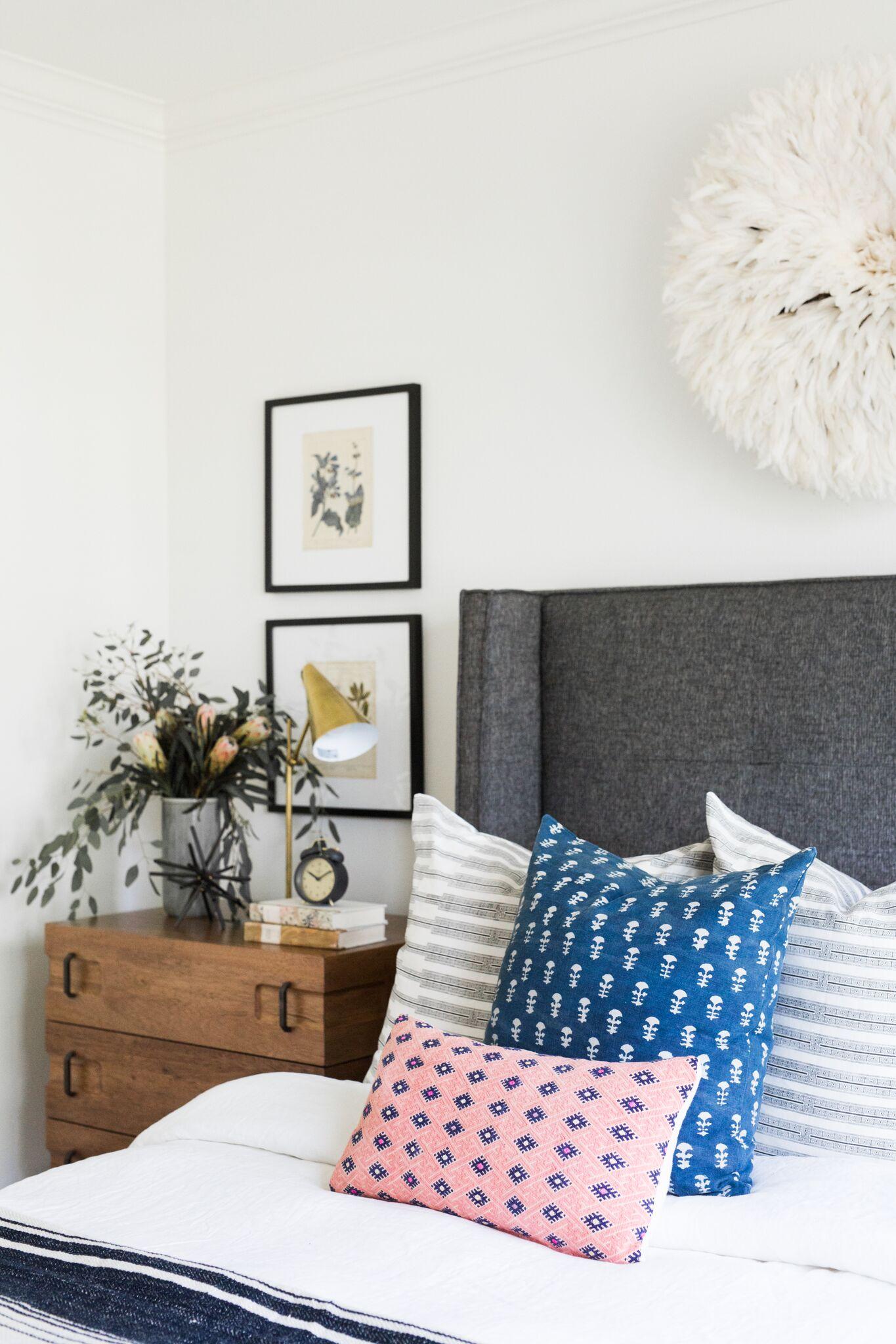 Coastal+Bohemian+Guest+Bedroom+with+Vintage+Rug+and+Botanical+Prints.jpg