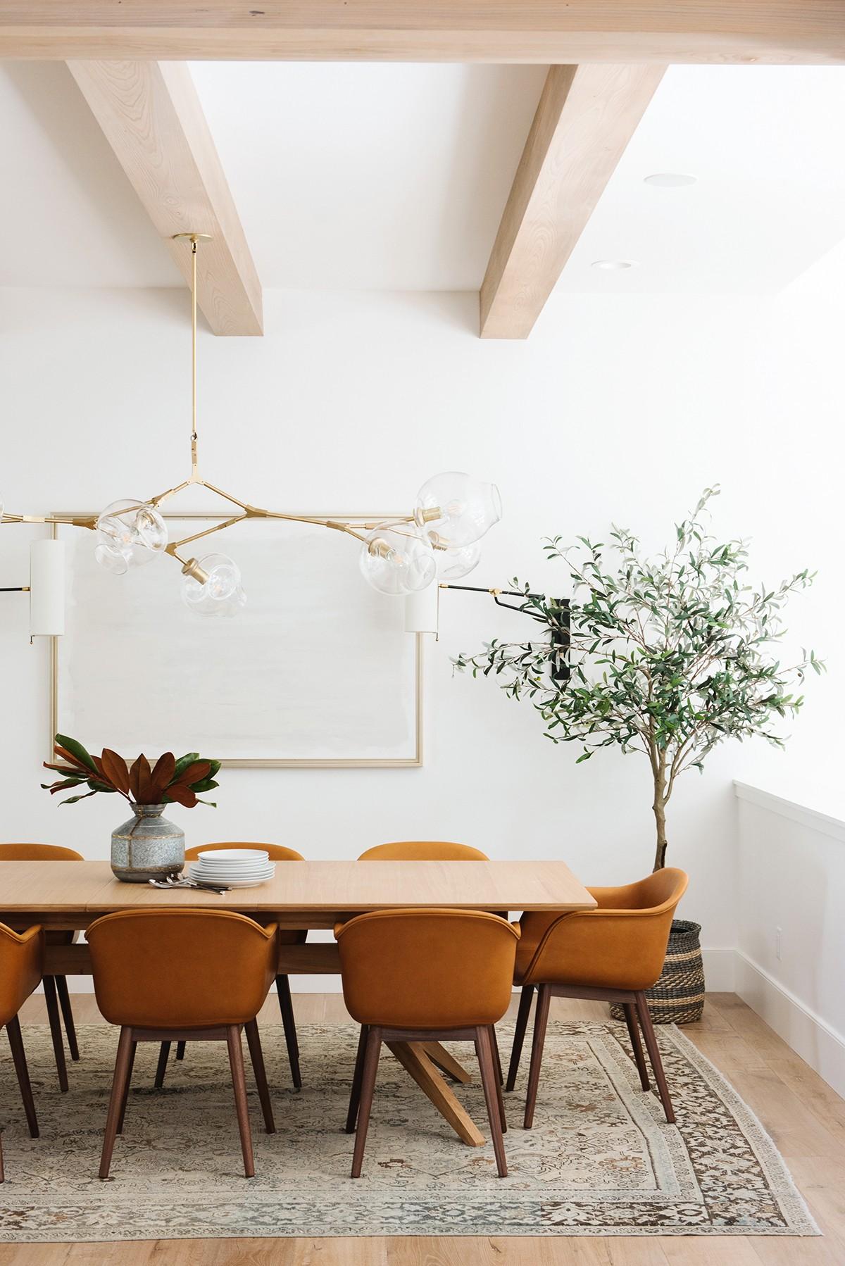 Lichte eetkamer leren stoelen groot vloerkleed
