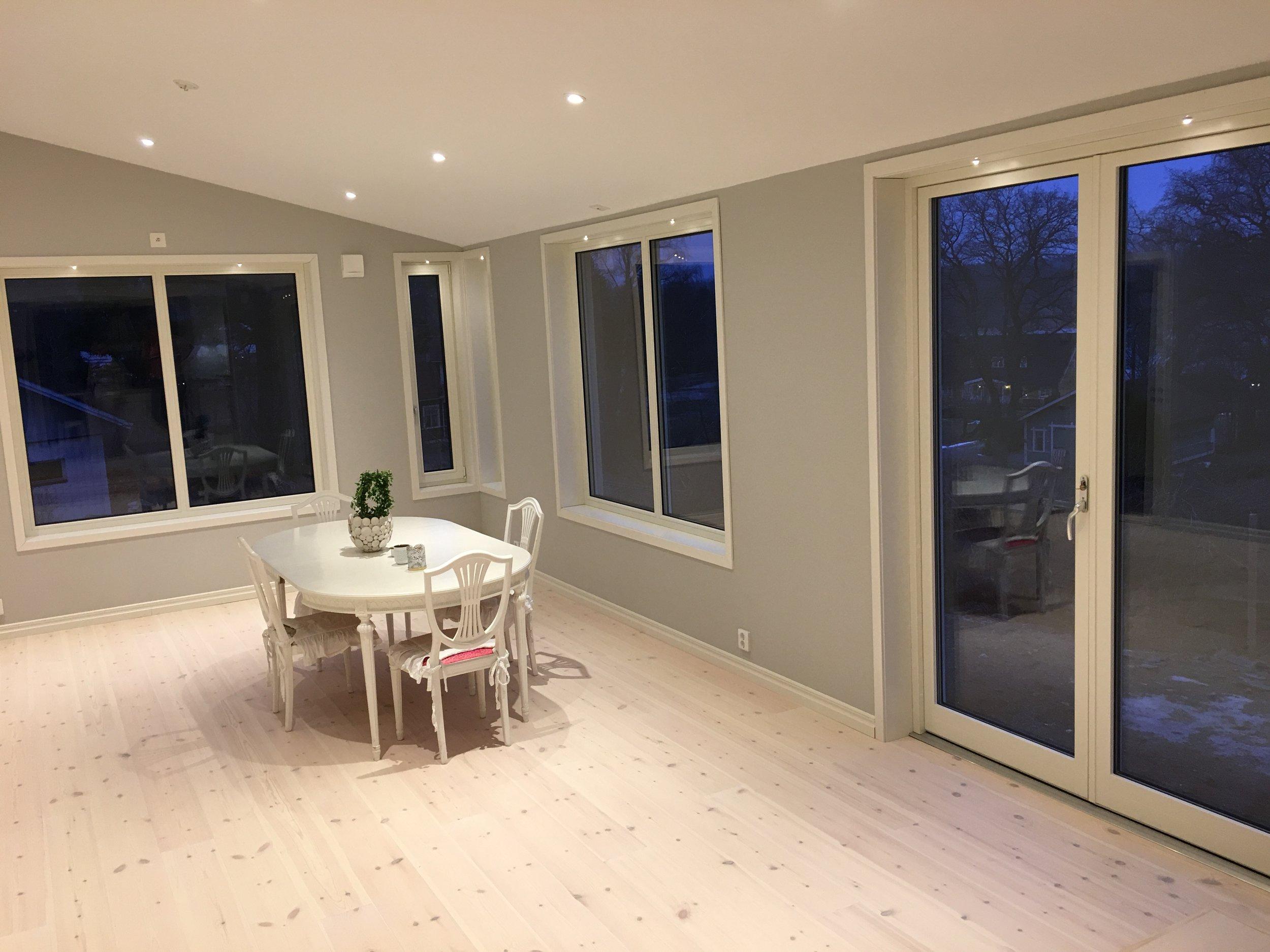 Vita trä/alu-fönster från Stali. Altandörr 240 cm hög.