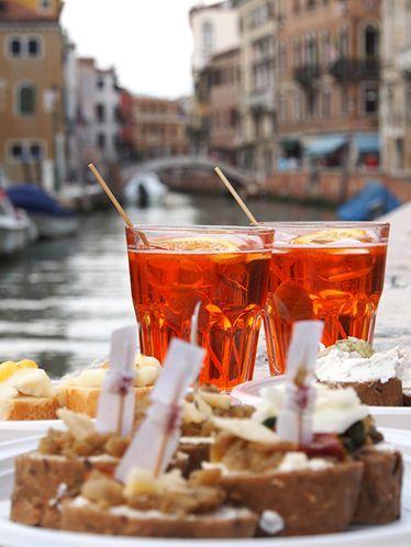 Tramezzini et cicchetti   Petits plats de spécialités locales servis dans les  bacari , ces bars à cicchetti dans les environs de Venise. Assortiments de petites bouchées, sandwiches, crostini, fruits de mer et légumes marinés. Parmi les plus populaires la  Baccalà mantecato , une mousse de morue salée sur un crostini de polenta.