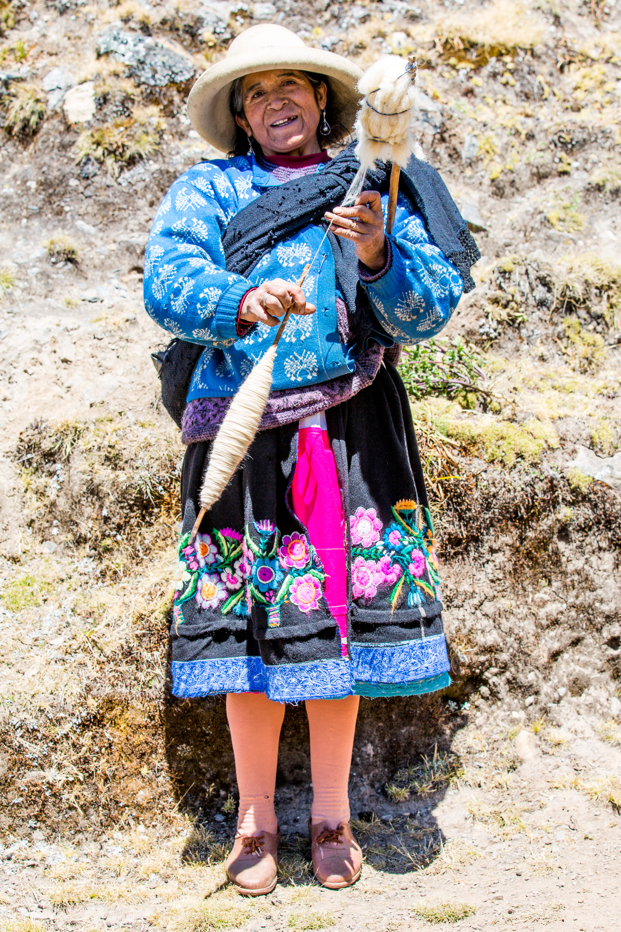 Yarning lady in the Peruan mountains