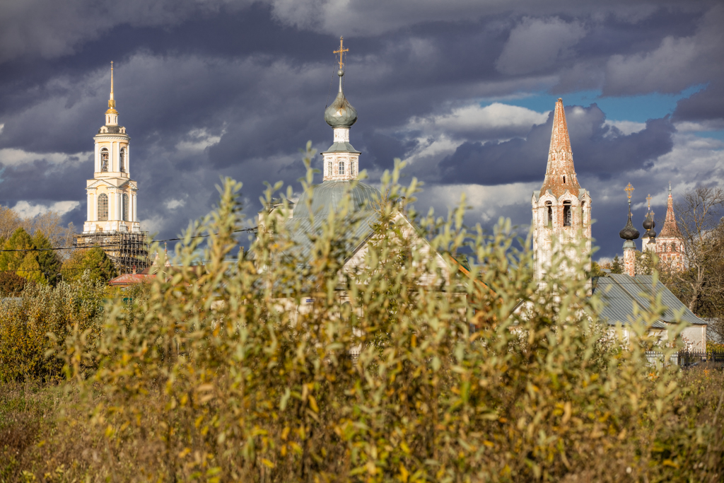 Prepodobenskaya bell tower and the Cathedral of Deposition of the Robe