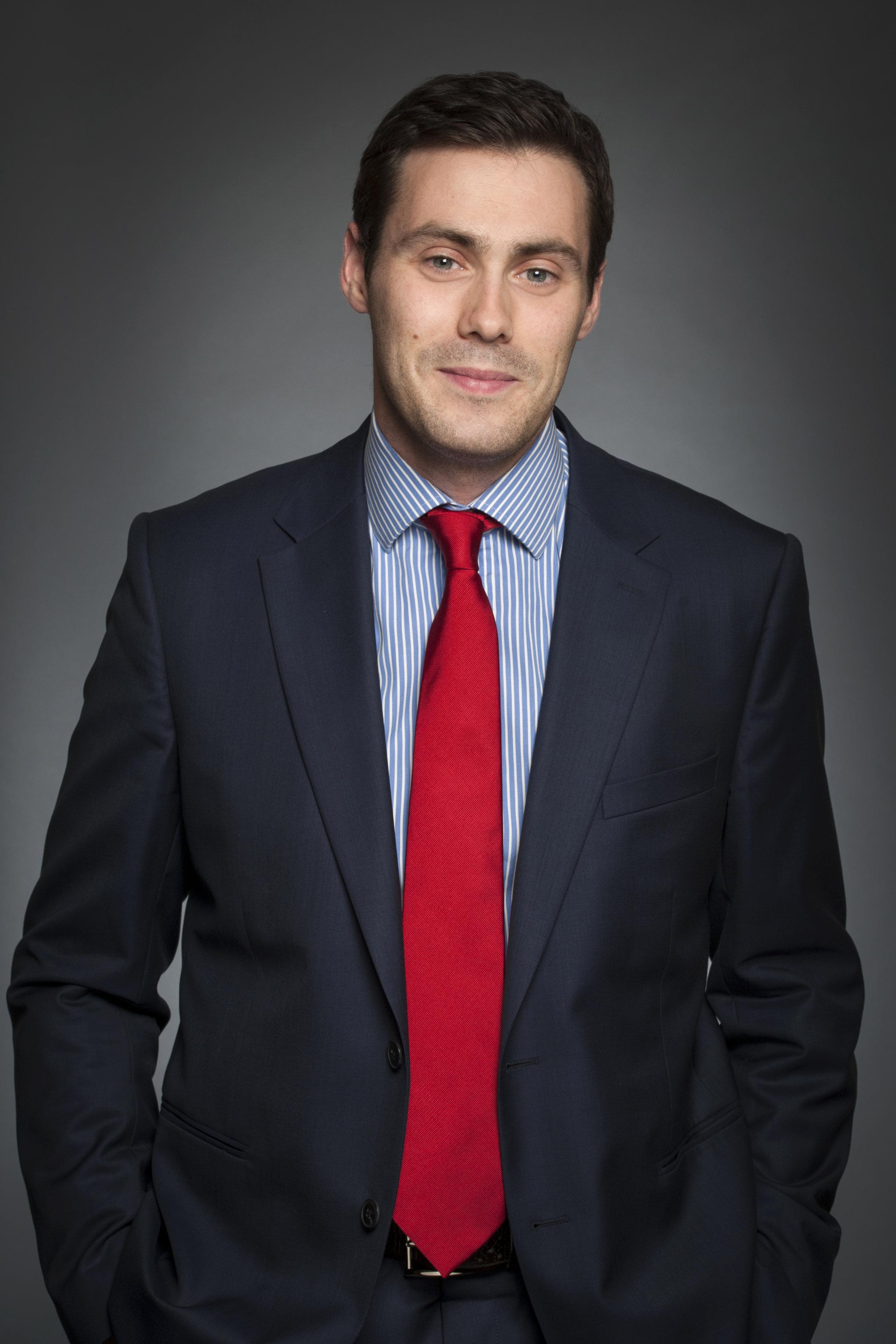 Thomas Burelli  Assistant Professor University of Ottawa, Faculty of Law  Thomas Burelli est juriste et doctorant en cotutelle à l'université d'Ottawa et à l'université de Perpignan. Il est diplômé en droit de l'environnement (LL.M – 2008), en anthropologie du droit (Master – 2009) et en propriété intellectuelle (Master – 2012). Il a participé à plusieurs missions de terrain dans l'outre-mer français (Nouvelle-Calédonie, Guyane et Polynésie française) sur le thème de l'accès et de l'utilisation des ressources génétiques et des savoirs traditionnels associés.  Ses recherches portent sur la circulation des savoirs traditionnels et sur les relations entre les scientifiques et les communautés autochtones et locales au Canada et en France. Il étudie en particulier les différents instruments et pratiques développées afin d'aménager les relations d'échange des savoirs traditionnels entre autochtones et non autochtones.
