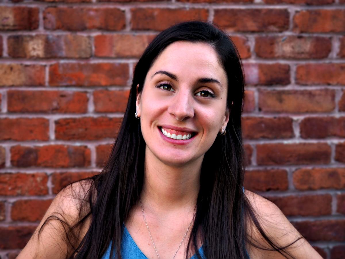 Roxanne Passos  LLM Candidate Université de Montréal  Après un passage en pratique privée, les passions de Roxanne pour le droit de l'environnement ainsi que le droit agro-alimentaire l'ont ramenée sur les bancs d'école afin de compléter une maîtrise en droit à l'Université de Montréal. Avant son LLM, elle a obtenu un baccalauréat en droit (LLB) à l'Université d'Ottawa et a complété sa formation du Barreau. Roxanne travaille présentement sur un projet gouvernemental dont l'objectif est de guider les responsables de la qualité de l'eau dans l'adoption de stratégies de prévention et de traitement, notamment en proposant un encadrement normatif mieux adapté à la surcroissance des cyanobactéries. Ses principaux intérêts de recherche sont le droit de l'environnement, le droit public et administratif ainsi que la gestion des ressources et le développement durable.