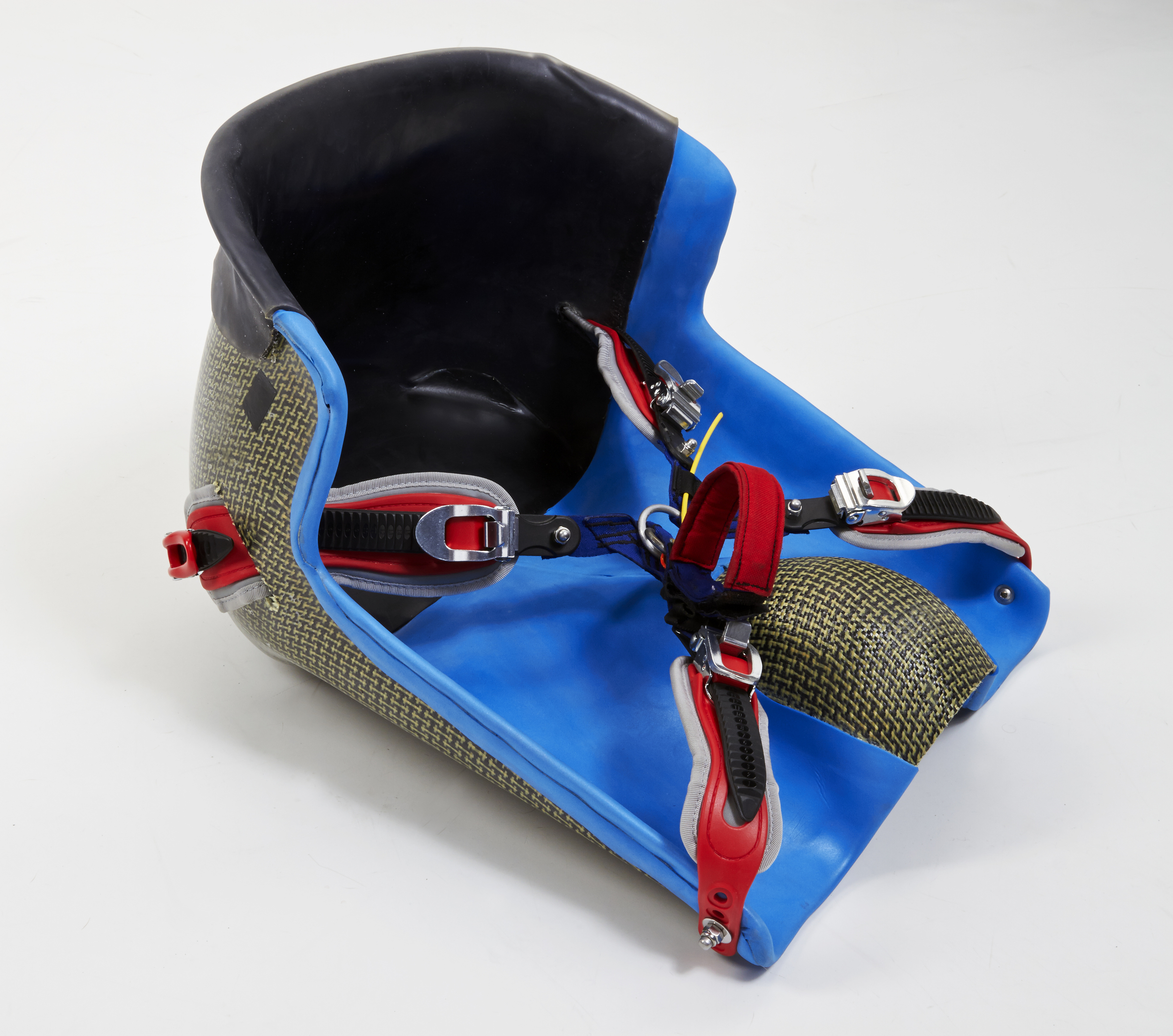 The seat is designed for the highest level of stability and the most accurate control. The fastening system provides absolute connection to the seat which makes the heeling (as the most important part of wild water maneuvering) easy to control.