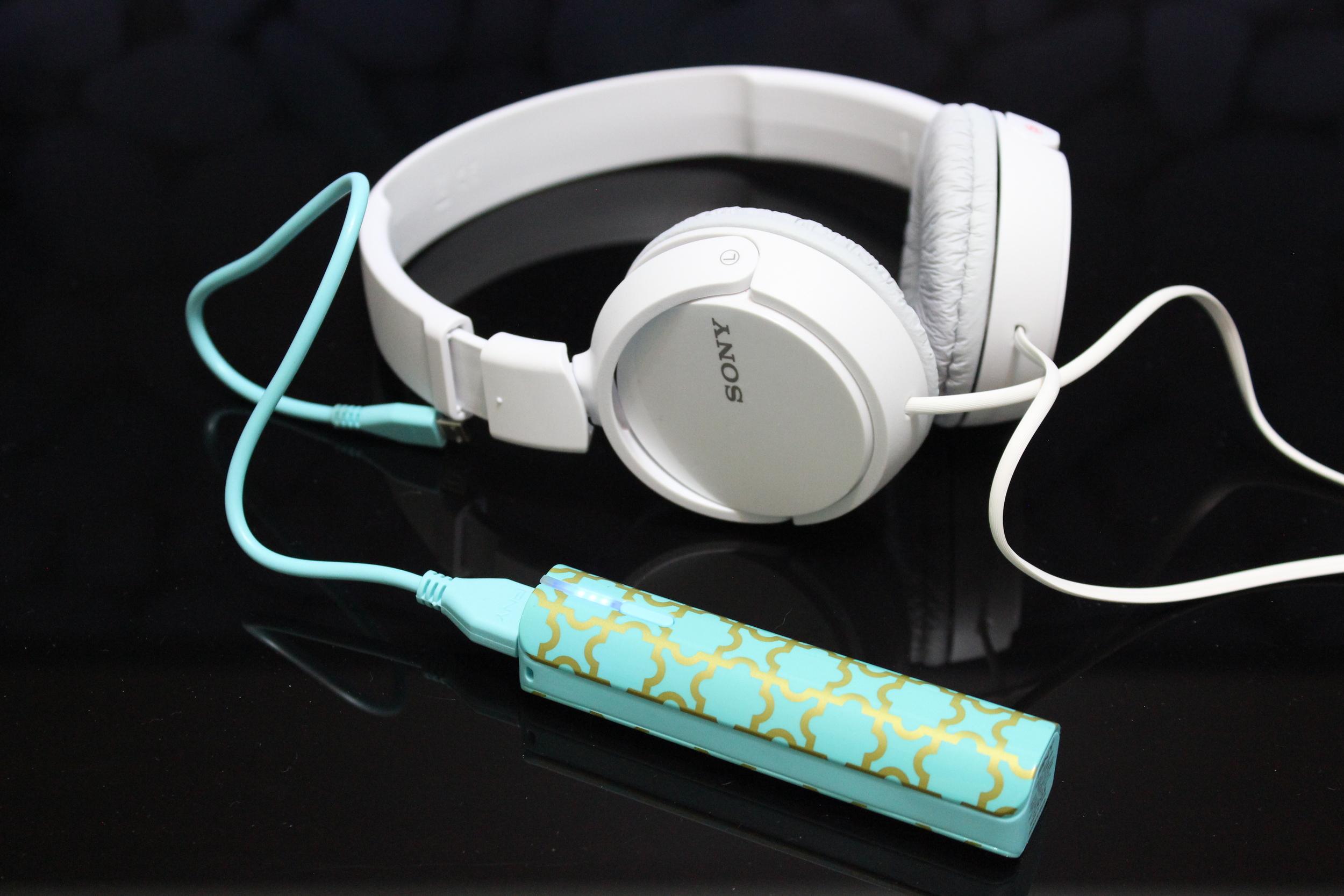 Headphone Sony e Bateria externa PNY - Foto por Bruno França