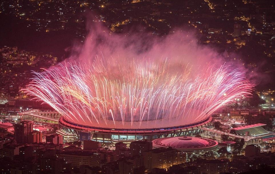 Fogos no Maracanã na abertura dos jogos olímpicos do Rio