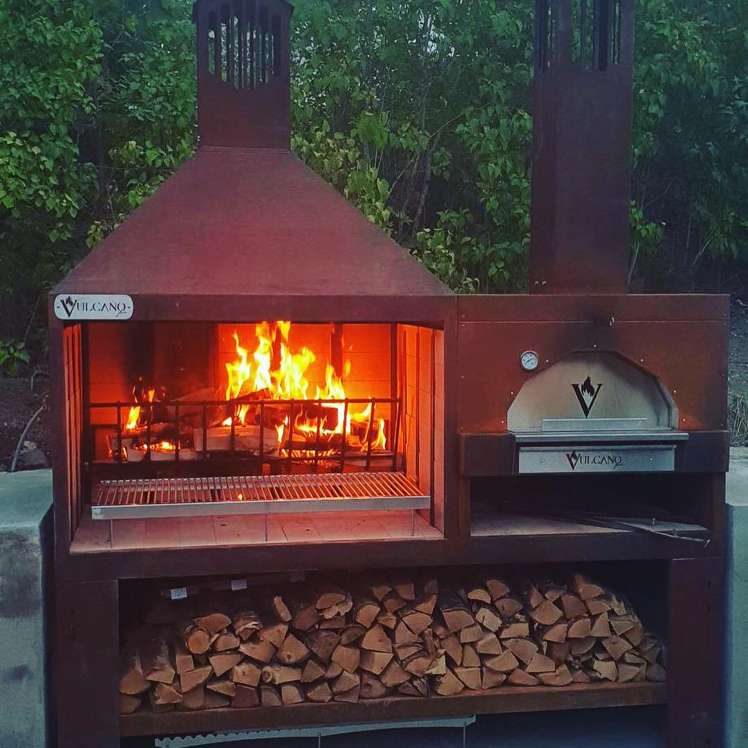 - Vulcano FireVulcano fire är ett litet Italienskt familjeföretag som specialiserat sig på vedeldade utomhusgrillar. De har en riktigt läcker nyhet i år där de har byggt en kombinerad grill och pizzaugn i ett. Pris: Grill & pizzaugn 69 000 :- Bakbord med marmorskiva 3800:- Sidohylla 900:- Rotisseri 6700:-Frakt tillkommer.