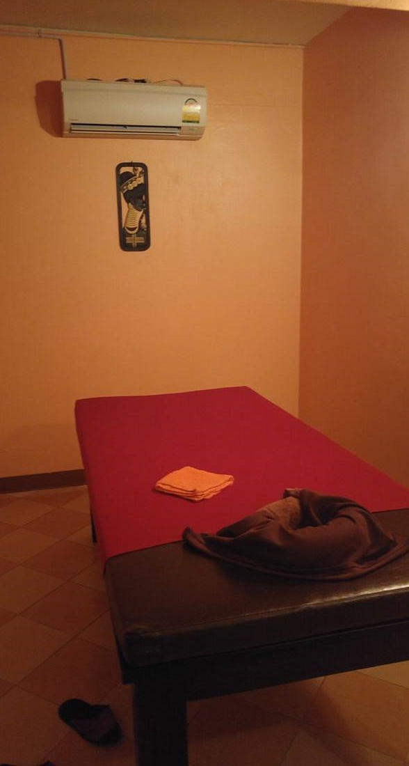 Massage bed for the oil body massage