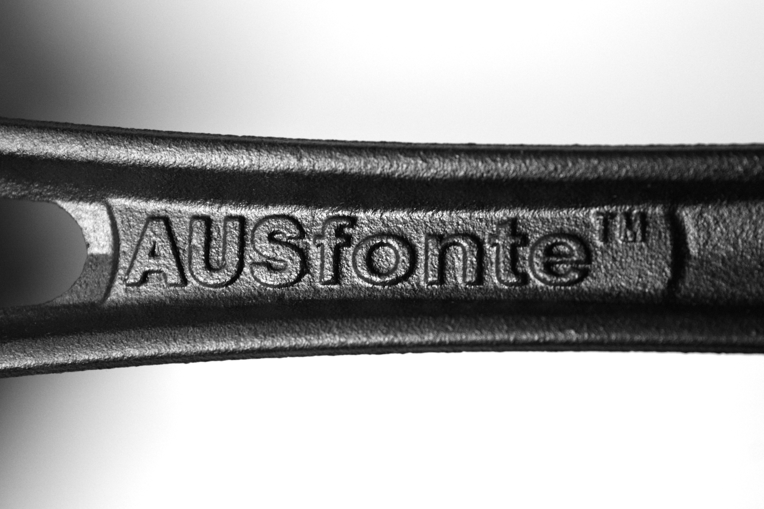 SOLIDTEKNICS AUSfonte cast iron Love Handle logo 1-1-15.JPG