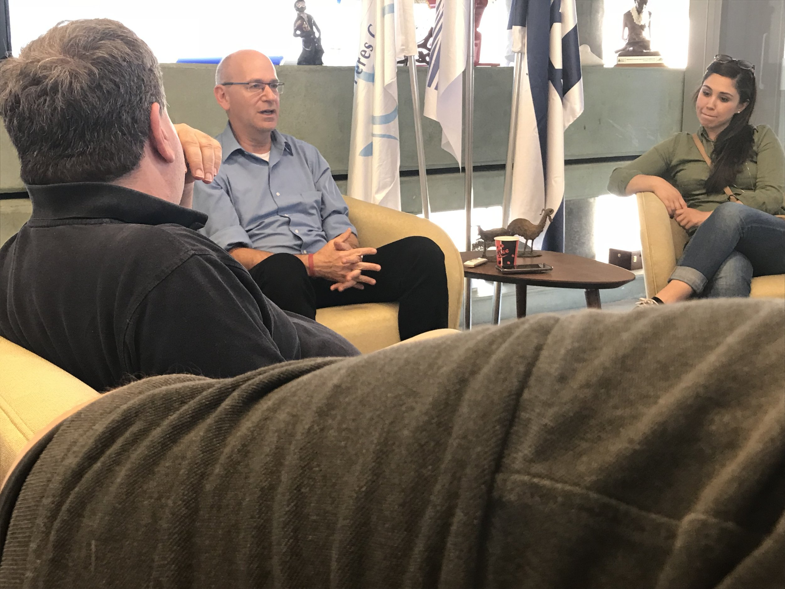 Former Israeli diplomat Nadav Tamir talks to Newhouse students.