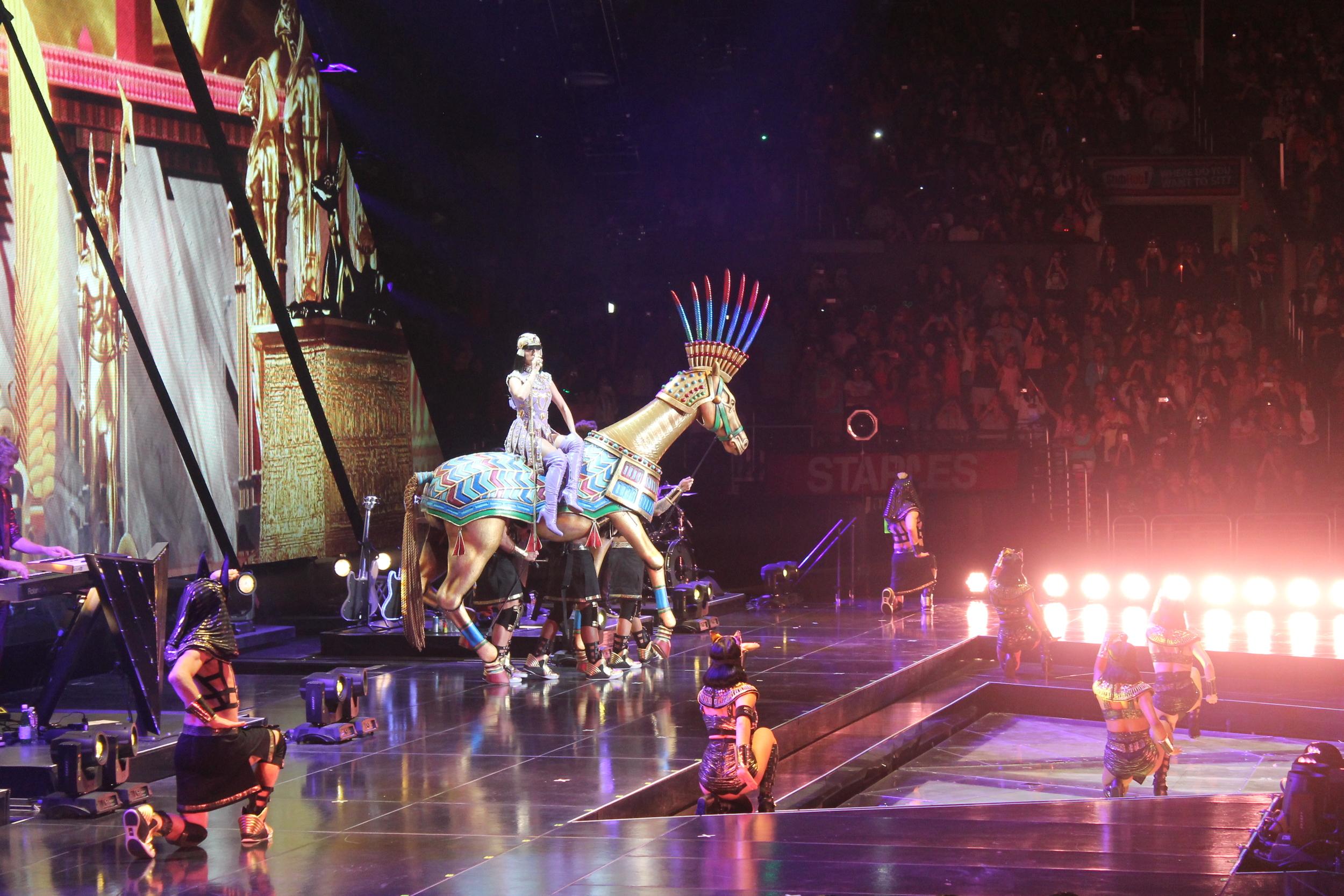 Katy cantoó Dark Horse montada en un enorme caballo