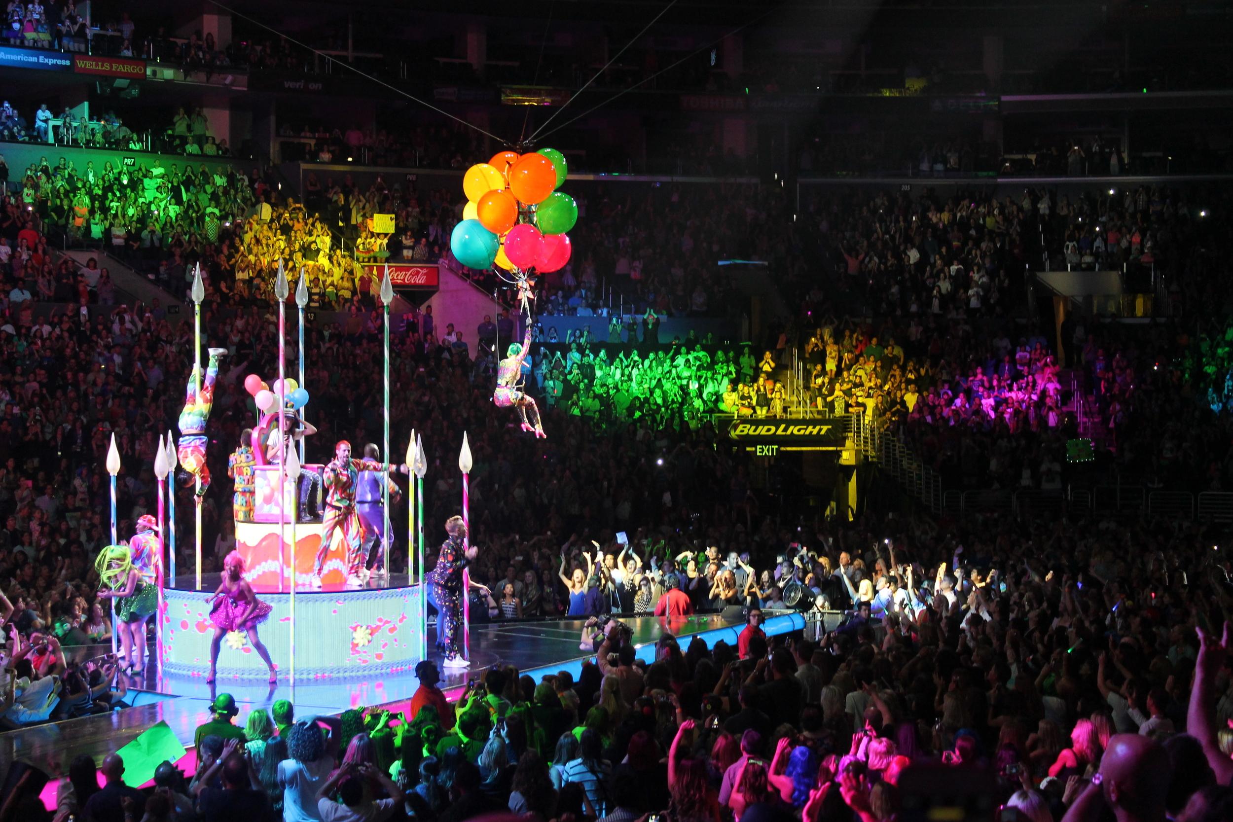 Mi cancion favorita fue Birthday, el show estuvo lleno de infinotos y brillantes colores.
