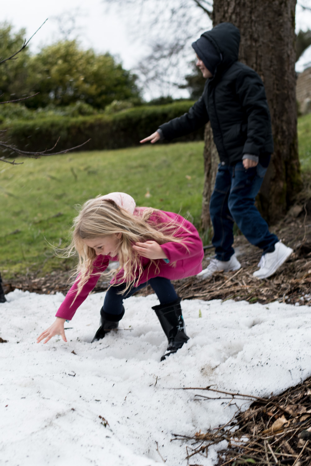 Family Photo Shoot In Dunfermline - snowball fight 02