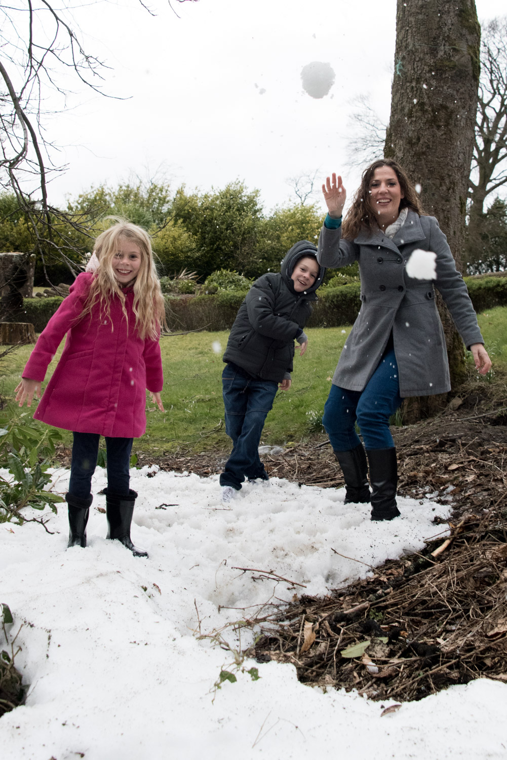 Family Photo Shoot In Dunfermline - snowball fight