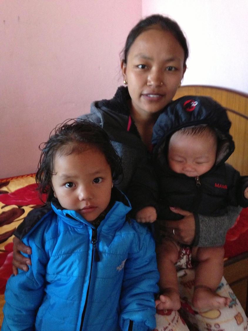 Menuka Gurung mit ihren Kindern  im Alter von ein und drei Jahren