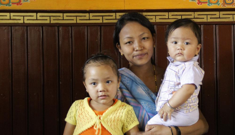 Menuka Gurung mit den Kindern Kindern Alisma (5) und Abin (1)