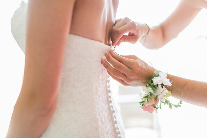 blumenarmband_getting-ready_heiraten_kitzbuehel_arosa_hochzeitsfotograf.jpg